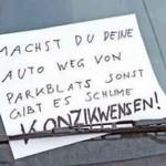 Photo von handgeschriebenem Schild mit Warnung wg. Parkplatz.