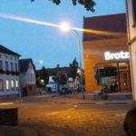 Am 05.08.2018 auf dem Platz am Brunnen in Weisenheim am Sand - mit Blick auf das Gebäude einer Backwarenvertriebskettenfiliale..