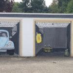 Detailansicht der Garage in der Silcherstaße zu Goslar mit Gemälde eines VW-Käfers.