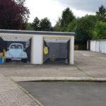 Garagen in der Silcherstaße zu Goslar. Eine mit Gemälde eines VW-Käfers.